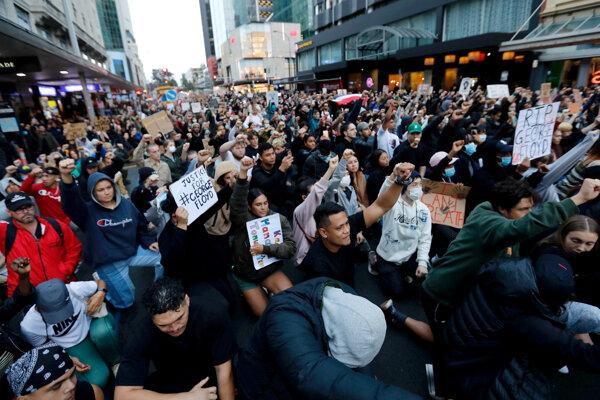 Protest proti zabitiu Georgea Floyda v Aucklande na Novom Zélande.