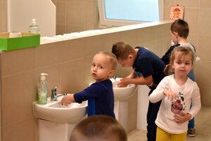 Škôlkari dbali od prvých minút na hygienu.