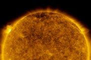 Naľavo od stredu záberu je slnečná erupcia z 29. mája, ako ju videla vesmírna družica Solar Dynamics Observatory.