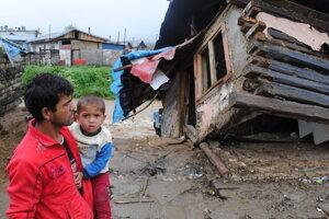 Jarovnice 2010: Jozef Husár so synom v náručí pri spadnutom domku.