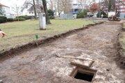 Objavená kamenná studňa.