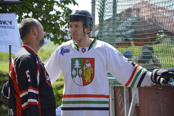Tomáš Urbaník (vpravo) v drese HBK Čadca v diskusii s Dušanom Štrbákom z Martina pred zápasom na turnaji.