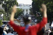 Demonštranti pred Bielym domom.