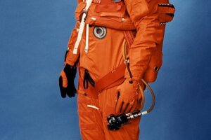 Vesmírny oblek, ktorý sa používal v časoch raketoplánov Space Shuttle pri štarte a návrate. AStronauti ho nosili od roku 1988 do roku 1994.