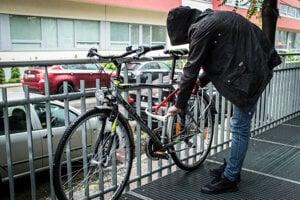 Zlodej má na rováši viacero krádeží bicyklov.