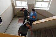 Obžalovaného na súd priviezli z väzby.