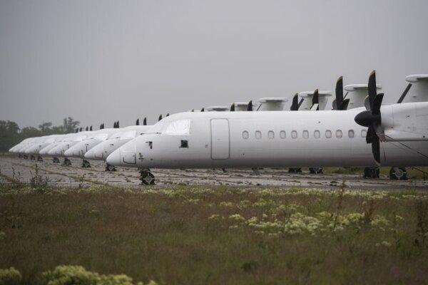 Uzemnené lietadlá typu Bombardier na letisku M. R. Štefánika v Bratislave.