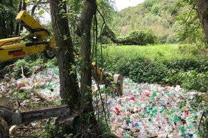 Haldy odpadu odstránili v sobotu z povodia rieky Bodva obyvatelia Jasova a mechanizmy.