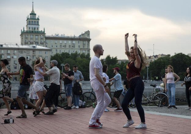 Ľudia tancujú nábreží rieky v Moskve po uvoľnení opatrenia o izolácii.