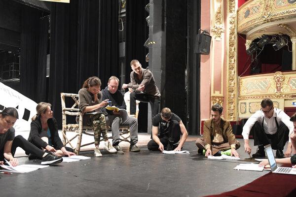Herci počas prípravy na skúšku, vpravo režisérka Júlia Rázusová.