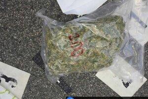 Polícia zaistila aj balík s drogou.
