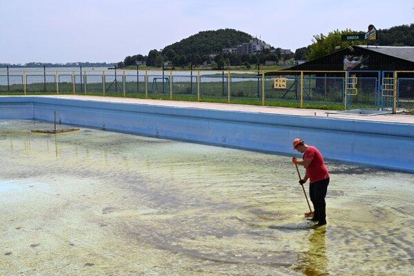 Príprava bazénov na Kaluži.