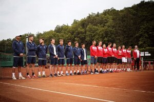 Nástup na duel Lieskovského tenisového klubu (vľavo) proti hviezdami nabitému tímu Slávia STU Agrofert Bratislava.