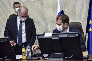 Sprava predseda vlády SR Igor Matovič a  riaditeľ Kancelárie Bezpečnostnej rady SR Peter Kovařík počas 128. rokovania Bezpečnostnej rady SR.