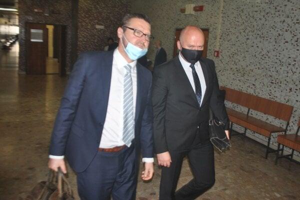 Zľava obhajca Daniel Sopko a jeho klient Peter Tupta.
