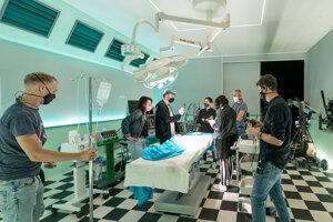Režisér Michal Kollár pred nakrúcaním konzultuje, ako bude operácia prebiehať.