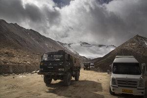 Indické vojenské vozidlá v Ladakhu.
