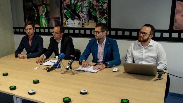 Zľava Filip Kadera, Rastislav Chovanec, Maroš Jakubek a Igor Pĺž na tlačovej konferencii dňa 17. júna 2020 pri príležitosti predstavenia nového loga klubu Vlci Žilina.