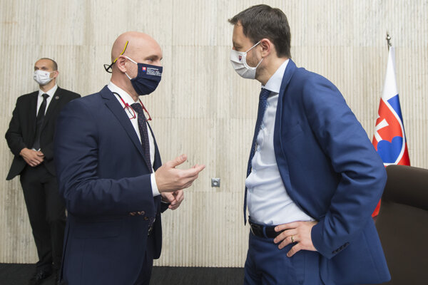 Zľava minister školstva, vedy, výskumu a športu SR Branislav Gröhling a podpredseda vlády SR a minister financií SR Eduard Heger.