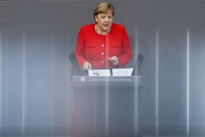 Angela Merkelová sa prihovára poslancom dolnej komory Bundestagu.