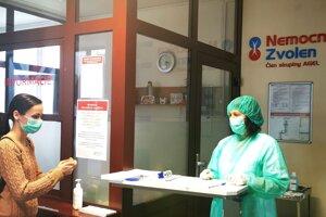 Pri vstupe do nemocnice.