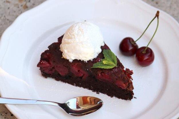 Prevrátený čerešňovo-čokoládový koláč