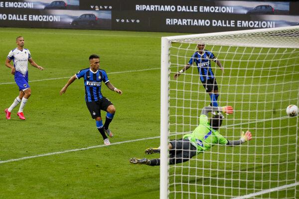 Lautaro Martinez strieľa gól v zápase Inter Miláno - Sampdoria Janov.