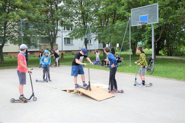 Hokejbalistov na ihrisku vystriedali kolobežkári.