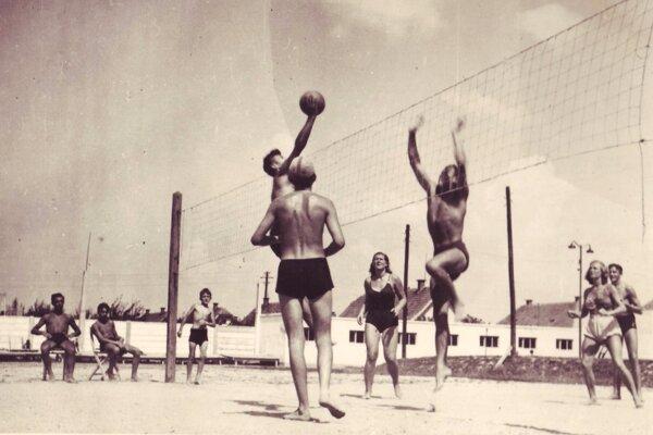 Volejbal sa hrával na kúpalisku od rána do večera.