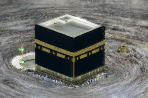 Moslimskí veriaci krúžia okolo Kaaby, čiernej svätyne v tvare kocky počas veľkej tradičnej moslimskej púte hadždž v Mekke. Saudská Arábia v pondelok 22. júna 2020 oznámila, že tento rok nezruší moslimskú púť hadždž, ale z dôvodu koronavírusovej pandémie výrazne obmedzí počet ľudí, ktorí sa na nej budú môcť zúčastniť.