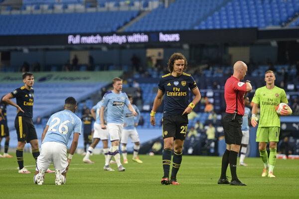 David Luiz (v strede) opúšťa ihrisko.