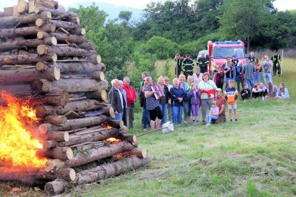 Pálenie vatry vo Valči.