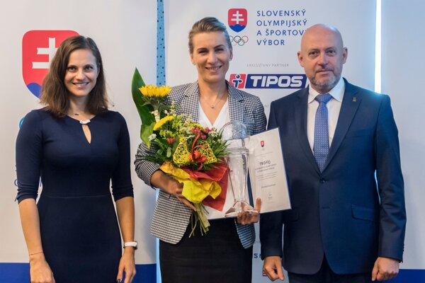 Anastasia Kuzminová si prevzala cenu Trofej SOŠV, vpravo prezident SOŠV Anton Siekel a vľavo členka MOV Danka Barteková.
