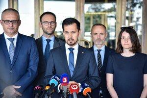 Podpredseda strany Za ľudí Juraj Šeliga a členovia strany na sobotňajšej tlačovej konferencii.