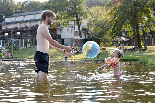 Pri vode musia mať dospelí deti neustále pod dohľadom.