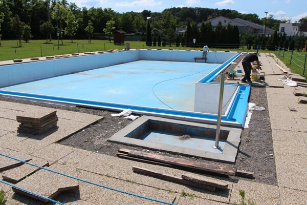 Plavecký bazén na mestskom kúpalisku v Lučenci aktuálne prechádza rozsiahlejšou rekonštrukciou.