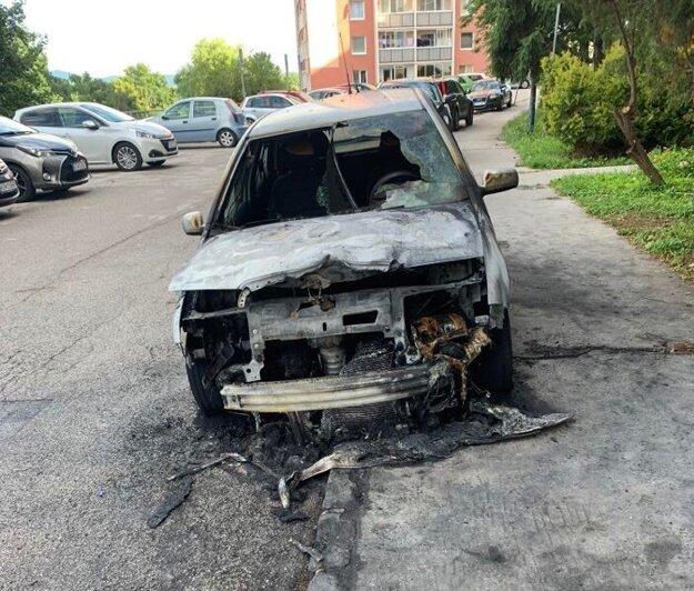 Takto auto vyzeralo ráno po uhasení.