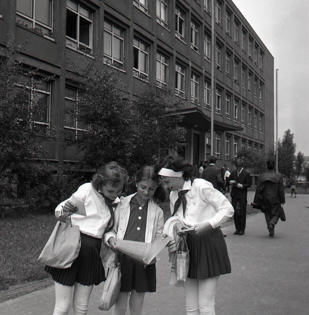 1966.Žiačky zo základnej školy na Jelačičovej ulici v Bratislave.