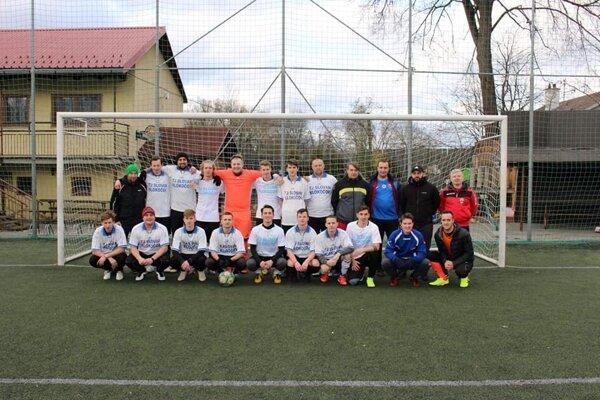 Tréner Ladislav Blažek (štvrtý sprava hore) na spoločnej fotografií Slovana Klokočov.