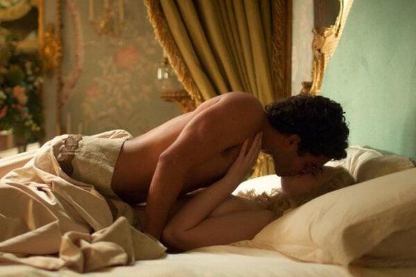 Elle Fanning a Nicholas Hoult pri jednej z intímnych scén v seriáli The Great.