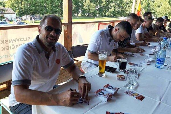 Hokejisti a tréneri Dukly sa predstavili v Krajnom.