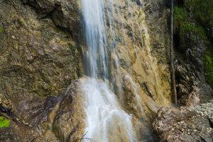 Časť Závojového vodopádu nad dolným mostíkom.