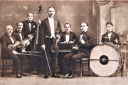 Hudobná skupina Ernesta Bariho v tridsiatych rokoch 20. storočia: Ernest Bari – primáš; Július Bary (syn Ernesta) – druhé husle; Emil Barry (syn Ernesta) – bubon.