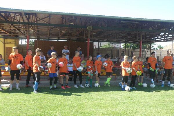 Mladí brankári pred začiatkom súťaže.