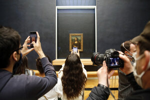 Návštevníci múzea Louvre v Paríži pri slávnej Mone Lise.