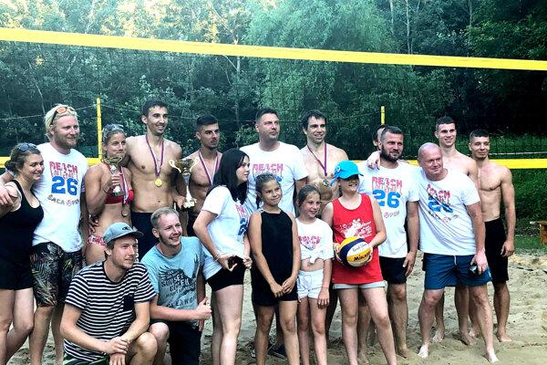 Medailisti a časť účastníkov vydareného turnaja.