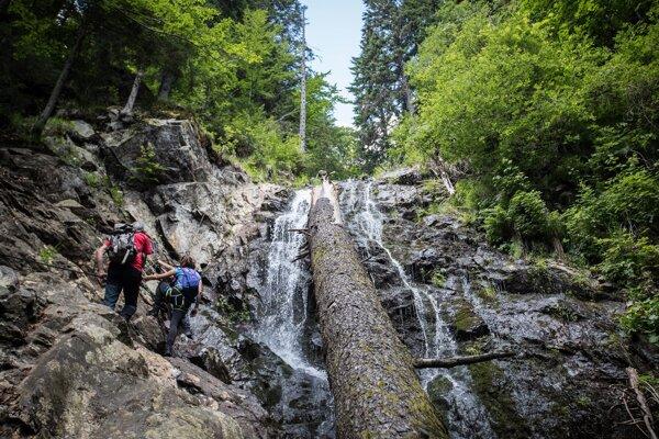 Via Ferrata je zaistená cesta v náročnom horskom teréne vybavená istiacimi lanami a železnými stúpačkami.