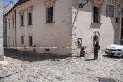 V bratislavskom Starom Meste na Prepoštskej ulici zasahovala polícia. Ulicami sa pohyboval muž ozbrojený nožom. Policajti muža zaistili. K žiadnemu zraneniu nedošlo. Na snímke policajná páska na Prepoštskej.
