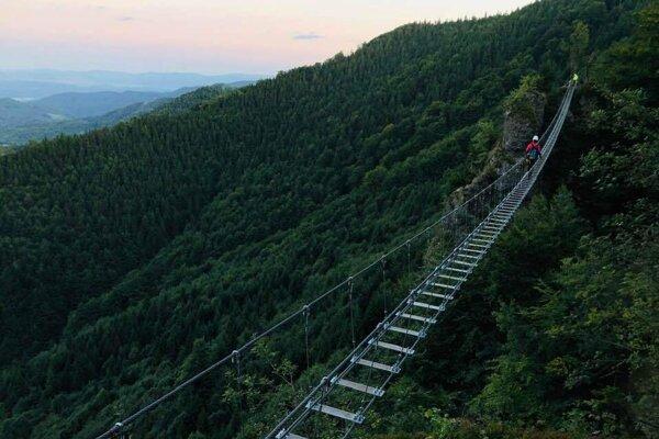 Visutý lanový mostík.