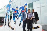 Na snímke slovenské hokejové legendy zľava bratia Anton, Marián a Peter Šťastní.
